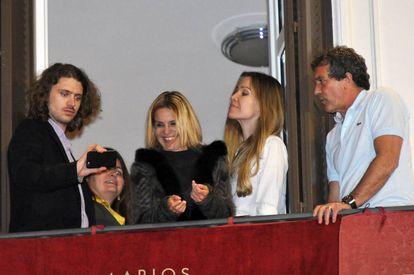 Antonio Banderas y Nicole Kimpel, con Eugenia Martínez de Irujo y Alexander Bauer, en la Semana Santa de Málaga, en 2015.