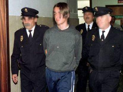 El joven, custodiado por agentes de la Policía tras ser detenido en Murcia en 2000.