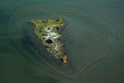 Una de las islas de New Harbor en Luisiana, protegida por dos barreras contra la marea negra