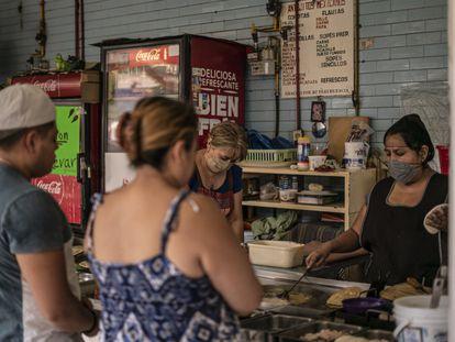 Un establecimiento de quesadillas, en un mercado de Ciudad de México.