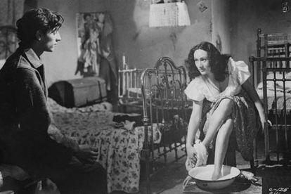 Roberto Cobo, que interpreta a El Jaibo, en un fotograma de <i>Los olvidados </i>junto a Estela Inda.