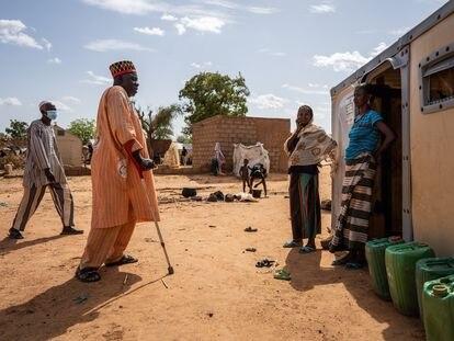 Diambendi Madiega (con muletas), jefe tradicional de Bollé en Burkina Faso, visita a personas desplazadas, en una imagen sin datar facilitada por Acnur.