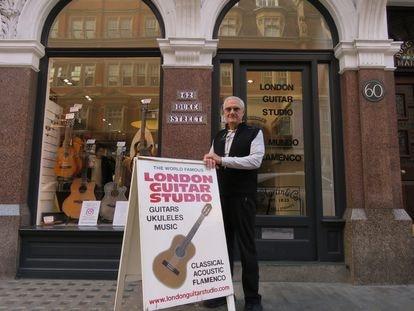 Juan Teijeiro, en la puerta de The London Guitar Studio, tienda situada en Duke Street.