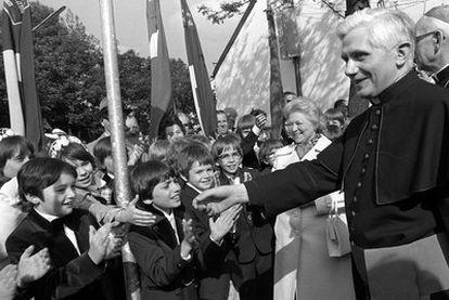 Joseph Ratzinger, con un grupo de niños, después de ser nombrado obispo en 1977.