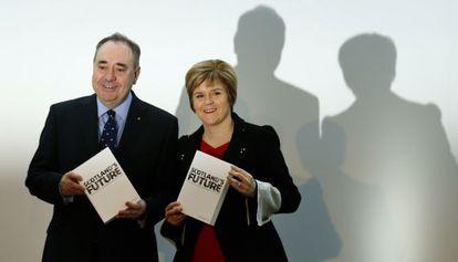 El líder del SNP, Alex Salmond, y su sucesora, Nicola Surgeon, antes del referéndum.