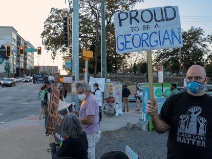 Un habitante de Atlanta, en una manifestación contra Donald Trump el viernes.