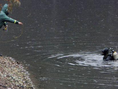 Efectivos de la Guardia Civil inspeccionan el pantano de Campofrío (Huelva) en busca de la joven zamorana Laura Luelmo.