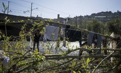 Un inmigrante africano lava su ropa en el río Roja de Ventimiglia mientras espera el día oportuno para cruzar a Francia.