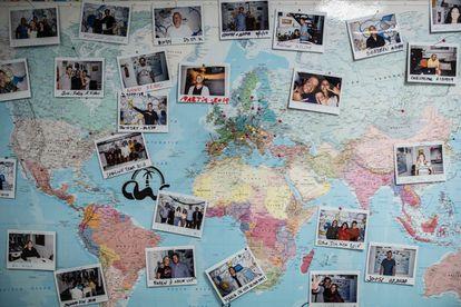 Mapa en un 'coliving' de Repeople en Las Palmas de Gran Canaria con fotos de sus habitantes puestas según su procedencia.