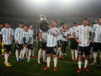 Lionel Messi, emocionado, ofrece la Copa América a la afición de Argentina.