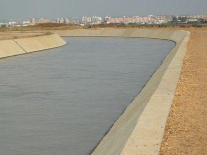 Canal para regadío del Bajo Guadalquivir con Sevilla al fondo.