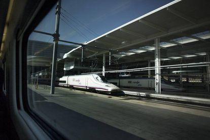Trenes AVE desde una ventanilla de tren