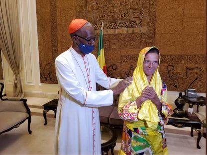 Fotografía cedida por la Presidencia de Malí del encuentro entre el arzobispo de Bamako, Jean Zerbo, y la religiosa colombiana Gloria Narvaez, tras su liberación el pasado día 9 en Karangasso.