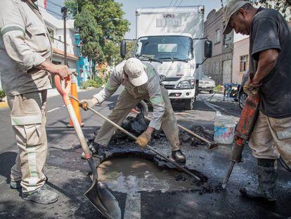 Una brigada de reparación trabaja en una fuga de agua en Ciudad de México.