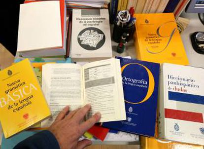 Diccionarios utilizados para resolver una duda en las oficinas de la Real Academia de la Lengua en Madrid.