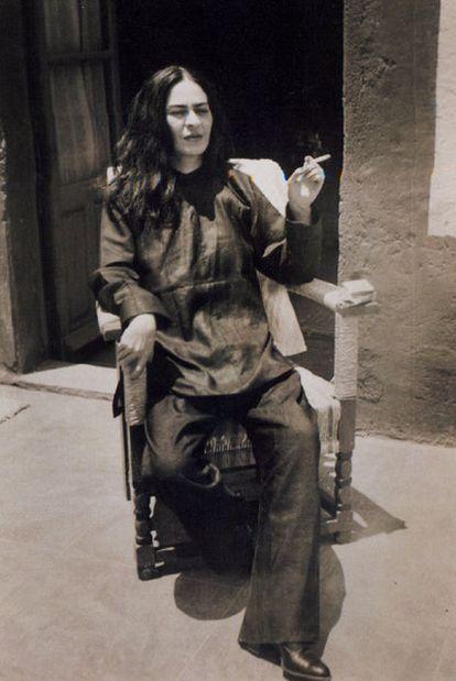 Frida Kahlo recién operada de la columna, en 1946, fotografiada por su sobrino Antonio, en Coyoacán (México).