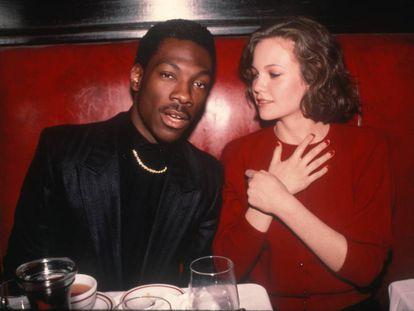 La actriz Diane Lane observa con arrobo a un joven Eddie Murphy durante una fiesta en 1983. Desde el comienzo de su carrera sus éxitos cinematográficos han dado tanto que hablar como su turbulenta vida personal.