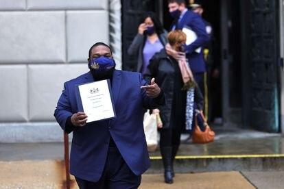 Un compromisario salía de la auditoría sobre las elecciones, el lunes en Pensilvania.