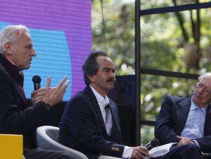 Álex Grijelmo, director de la Escuela UAM-EL PAÍS, junto a Jorge Cardona, editor general de 'El Espectador', y Javier Darío Restrepo, director del consultorio ético de la FNPI.