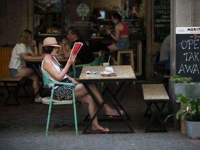 Turistas en una terraza de la plaza Real, en Barcelona, el pasado domingo.