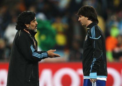 Messi y Maradona, en el Mundial de 2010.