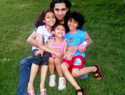 Raif Badawi, con sus tres hijos.