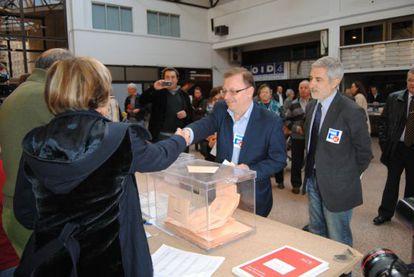 Izquierda Unida espera volver a obtener un diputado por Asturias de la mano de Gaspar Llamazares, quien votó por correo pero ha acompañado al coordinador regional del partido, Jesús Iglesias, a un colegio electoral de Gijón. Foto facilitada por IU.