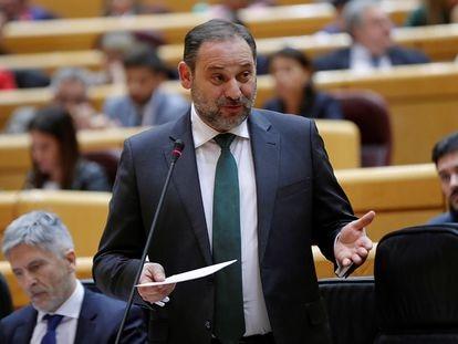 El ministro de Transportes, José Luis Ábalos (centro), en un pleno del Senado.