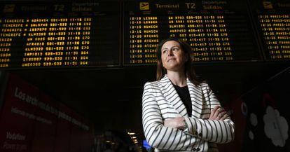 Elena Mayoral Corcuera, delante de los carteles anunciadores del área de salidas de la T-2 del aeropuerto Madrid-Barajas.
