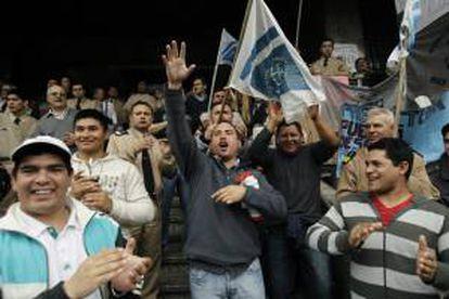 Un grupo de prefectos protesta frente al Edificio Guardacostas, sede de la fuerza en la ciudad de Buenos Aires, para pedir mejoras salariales.