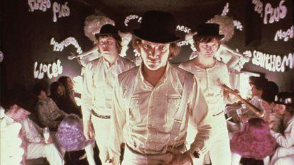 Malcolm McDowell, en el centro, en una imagen de 'La naranja mecánica'.