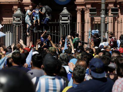 Centenares de personas rodean la Casa Rosada, donde se instaló la capilla ardiente del futbolista.