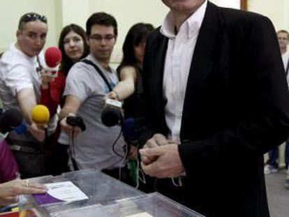 El candidato socialista a la presidencia de la Comunidad de Madrid, Tomás Gómez, tras depositar su voto.