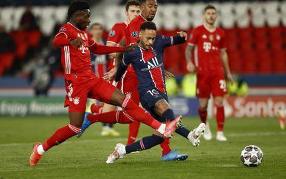 Neymar dispara ante Davis y Boateng durante el partido en el Parque de los Príncipes.