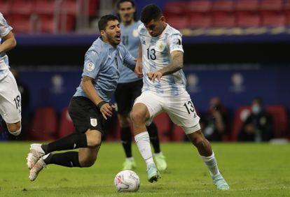 The Argentine central, Cristián Romero, prevails against Luis Suárez.