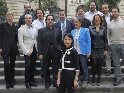 El elenco que llevará a escena 'La Traviata' posa ayer en Bilbao.