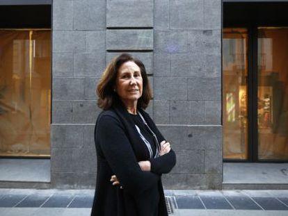 Oliva Arauna ante la nueva fachada de su local en la calle Barquillo.