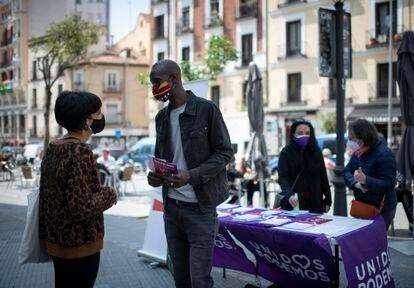Serigne Mbayé preside el viernes pasado una mesa informativa de Unidas Podemos en la Plaza del Cascorro, en el centro de Madrid.