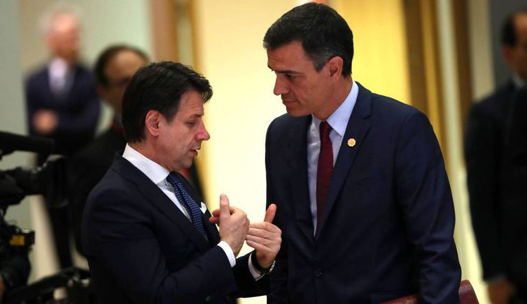 El primer ministro italiano, Giuseppe Conte, habla con el presidente español, Pedro Sánchez, el año pasado en Bruselas.