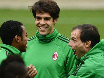Robinho, Kaká y Allegri, en el entrenamiento de ayer.