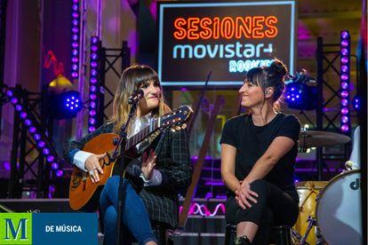 Rozalén y Valdivia, la segunda ganadora de 'Sesiones Movistar+ Rookies', en el escenario de 'Sesiones Movistar+'.