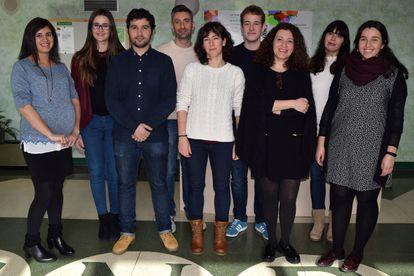 El grupo de Ana Cuenda (tercera por la derecha) en el Centro Nacional de Biotecnología, en Madrid.