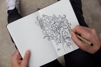 Ferriz dibuja un boceto en su cuaderno.