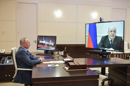 Mijaíl Mishustin (en la pantalla) informa a Vladímir Putin por videoconferencia de que tiene coronavirus, este jueves en Moscú.