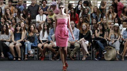 Una modelo desfila con un vestido de Ion Fiz en la Valencia Fashion Week.