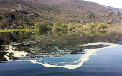 Un vertido fotografiado hace 10 días en el lago de Sanabria.