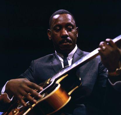 El guitarrista Wes Montgomery durante una actuación con su cuarteto en el programa de la BBC 'Jazz 625', en Londres, el 25 de marzo de 1965.