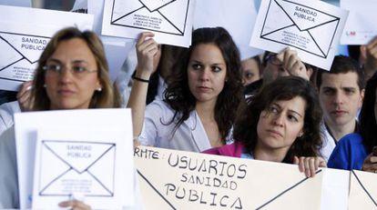 """Con este lema, los hospitales madrileños, entre ellos el de La Paz (en la foto), vivieron ayer una nueva jornada de protestas contra el plan de privatización del Gobierno regional (PP). Los organizadores leyeron un manifiesto en el hospital Infanta Leonor (Vallecas), uno de los seis cuya gestión se quiere privatizar, en el que denunciaron el """"desvío de dinero a empresas privadas""""."""