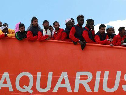 Decenas de migrantes llegan en el 'Aquarius' al puerto italiano de Salerno, en mayo.