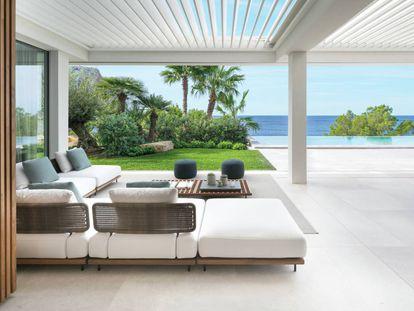 Terraza de la villa Seahouse, desde la que se domina el mar como continuación de su piscina infinita. |